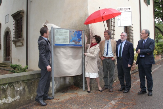 Prof. Luisa Cifarelli, Vice-President of the EPS unveiled the 'EPS Historic Site' plaque.