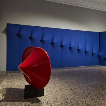 (Foreground) Agostino Bonalumi, Red, 1967-2005 Fibreglass, 140×180×120 cm; (background) Agostino Bonalumi, Inhabitable Blue (environmental artwork), 1967, Vinyl tempera on shaped canvas, 300×340 cm (16 panels, 300×70 cm each)