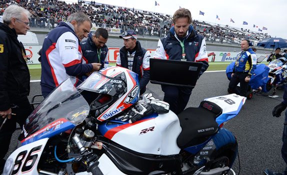 Magny-Cours (FRA), 4 October 2015 - World Superbike. BMW Motorrad Italia Superbike Team BMW BMW Motorrad Motorsport expert with the Rider Ayrton Badovini (ITA) and team engineer in pit lane before the start - BMW S 1000 RR #86.