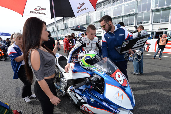 Misano Adriatico (ITA) 21 June 2015 - World Superbike. Team VanZone Remeha BMW Motorrad Motorsport expert with the Rider Markus Reiterberger (GER) and team engineer in pit lane before the start - BMW S 1000 RR #11.