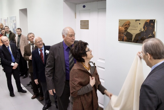 The unveiling of the plaque by L. Cifarelli and V. Matveev