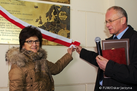 Prof. Luisa Cifarelli, President of the European Physical Society, and Prof. Marek Trippenbach, Deputy Dean of the Faculty of Physics of the University of Warsaw, unveil 'EPS Historic Site' plaque.