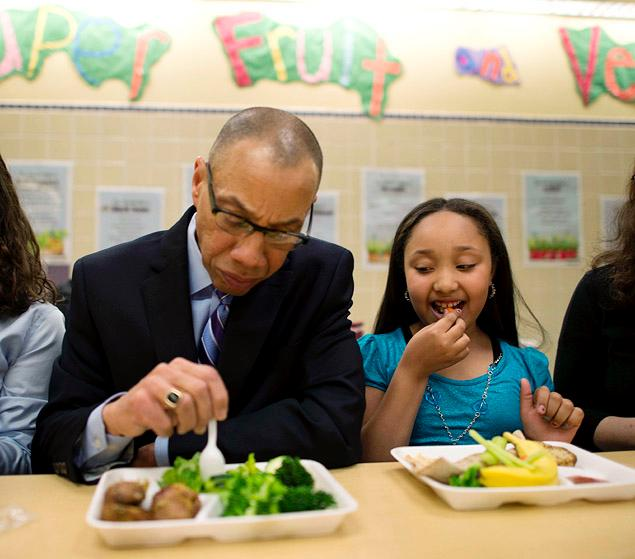 Schools Chancellor Dennis Walcott and student Arianna Francisco have a vegetarian meal together on Tuesday at PS 244.