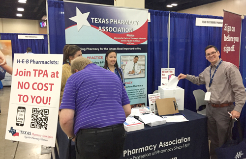 Immediate Past President Mark Comfort renews his TPA membership at the H-E-B Pharmacy Conference.